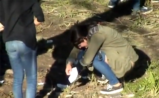 【野ション盗撮動画】川のほとりでオシッコする数十人の女性達