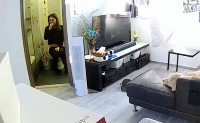 【民家盗撮動画】ドア開けっ放しで歯磨きしながらオシッコする人妻・・・と、ゴールデンレトリバー