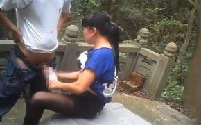 【中国カップル青姦動画】どことなく若かりし頃の大山のぶ代を彷彿とさせる方との山中セックス