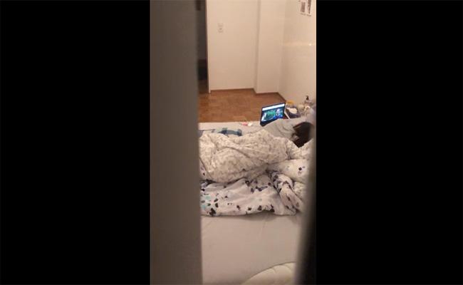 【民家盗撮動画】映画をノーパソで見ながら何やらモゾモゾとやっている子