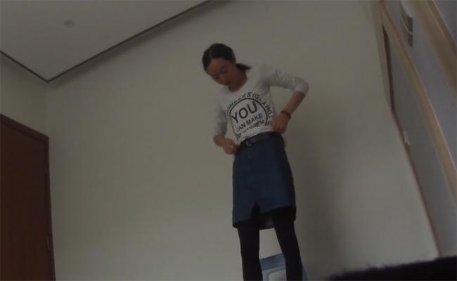 【マンションエステ盗撮動画】垢抜けない年増女性が男性客のイチモツを必死に頬張る様子