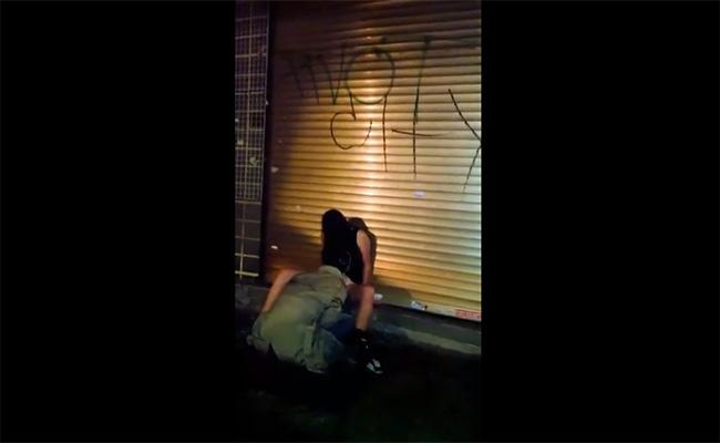 【発情カップル盗撮動画】大都会の路上で堂々とセックスしてる泥酔カップル