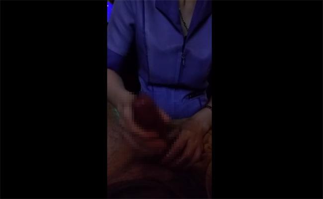 【タイマッサージ手コキ動画】丁寧に両手でチンコをいじってくれる女の子