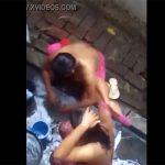 【盗撮】インド人女性が屋外で身体を洗う様子