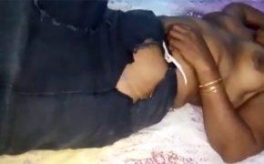 【盗撮】腰にボロ布一枚を巻きつけただけの状態で寝ているインドのぽっちゃりおばちゃん