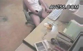 【盗撮】PCで何かをオカズにオナニーする女性、終わった後トイレットペーパーで手を拭く様子がリアル
