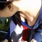 【街撮り胸チラ動画】グラサンかけた気取った女性が街中で胸チラしている様子