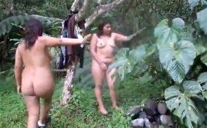 【マジでヤバイ奴にあった】激しいスコールの中、ジャングルを全裸で歩くインドの熟女達