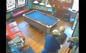 【監視カメラ】「古きよきアメリカ」みたいな感じのカフェ店内でセックスしだしたカップル