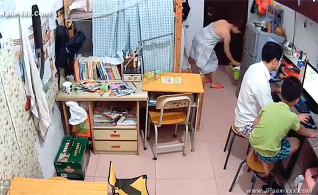 【民家IPカメラハッキング動画】PCをいじる旦那と息子、そして風呂上りの妻・・・そんな一般家庭のひと時
