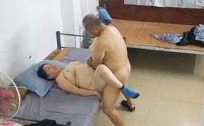 【中国裏風俗盗撮動画】熟女を買いに来た老人