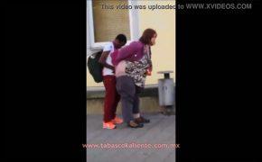 【ある意味ホラー】色々とツッコミどころがある男女が路上でツッコんでる動画
