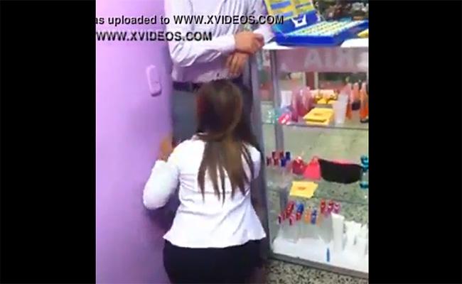 【監視カメラ】職場で部下と思われる女性店員にフェラチオさせてる男性