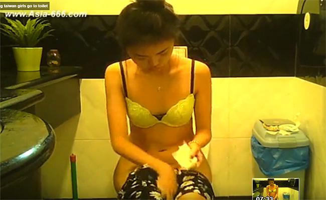 【台湾トイレ盗撮動画】ブラ姿になってオシッコする女の子
