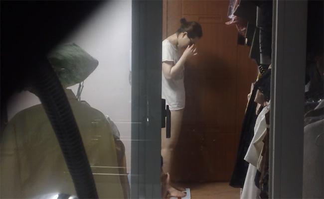 【民家盗撮動画】体重計に乗る様子がリアルで良い、そんな若い女の子の日常盗撮
