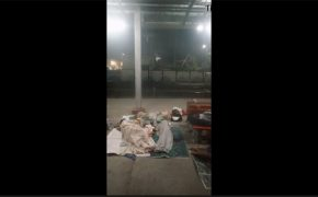【ヤバい奴】駅のプラットホームでセックスしてるインドのホームレスカップルを隠し撮り!