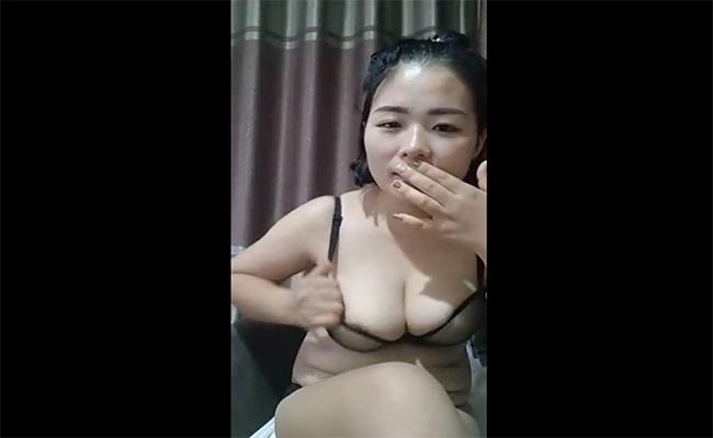 【ライブチャット動画】ぽっちゃり体型の女の子がバイブオナニーを生中継