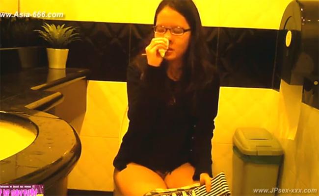 【台湾トイレ盗撮動画】盛大に鼻くそをほじくる女の子