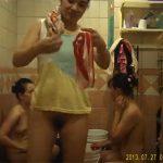 【民家風呂盗撮動画】このスペースで4人が一度に身体を洗うとは・・・