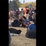 【マジキチ盗撮動画】夏フェスで男友達に顔面騎乗させつつ別の男友達とベロチューするクソビッチwwwww