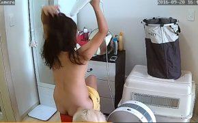 【韓国民家盗撮動画】たくさんの犬と暮らす女性、全裸で屁をこきつつ化粧する