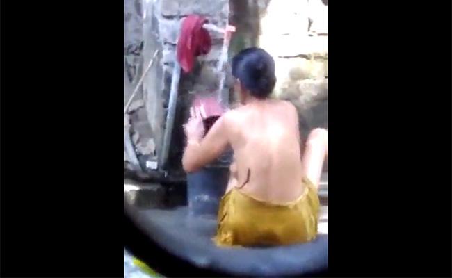 【インドの日常】屋外で行水をするインドのおばちゃん