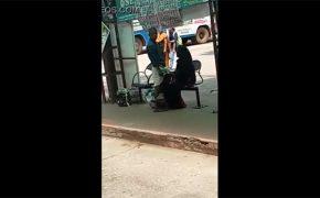 【カップル盗撮動画】真昼間の街中で妻もしくは彼女に手コキしてもらう彼氏
