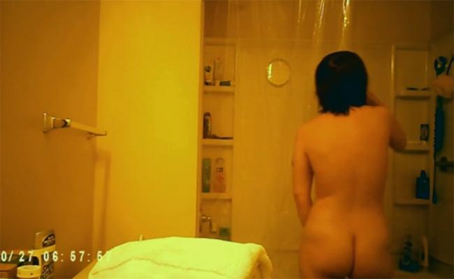 【民家風呂盗撮動画】黒髪ムチムチ巨乳女子がユニットバスで身体を洗う様子