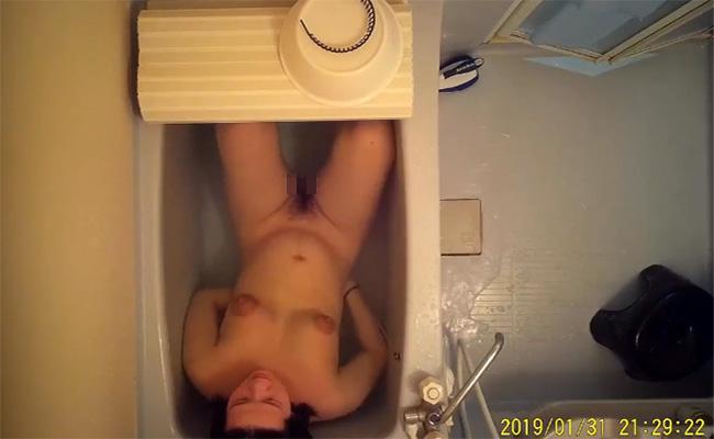 【民家風呂盗撮動画】賃貸物件で良くありそうなユニットバスでくつろぐ女の子