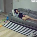 【民家盗撮動画】家族がすぐそばに居るにも関わらずオナニーする女性