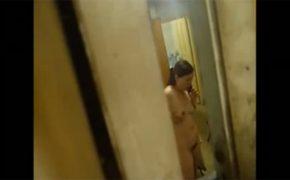 【民家盗撮動画】全裸で誰かと電話してる風呂上りの女の子を窓から隠し撮り!