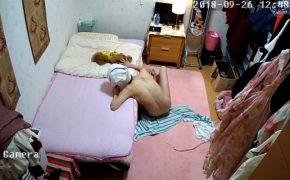 【民家盗撮動画】全裸でトイプードルと戯れる一人暮らしの風呂上り女子