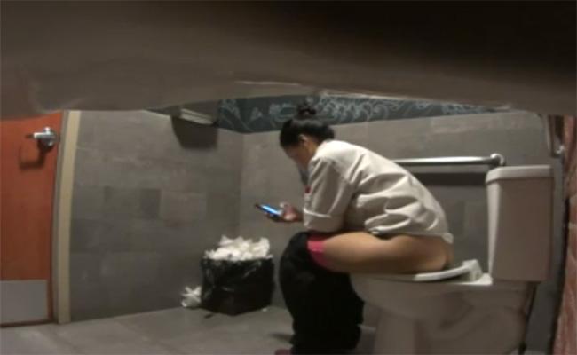【トイレ盗撮動画】綺麗だけど汚い女子トイレの様子を隠し撮り