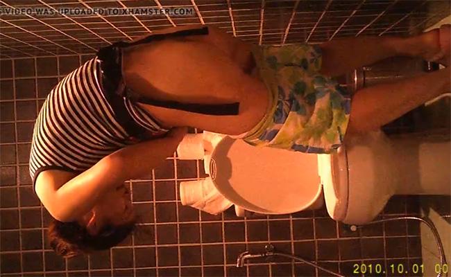 【トイレ盗撮動画】物凄く服装が適当な女性のオシッコ姿