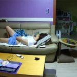 【民家盗撮動画】家族が寝静まった後のリビングでこっそりオナる女の子