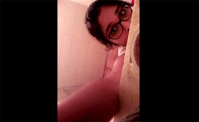 【民家盗撮動画】娘が仕掛けた監視カメラにより隠し撮りされる母の入浴姿