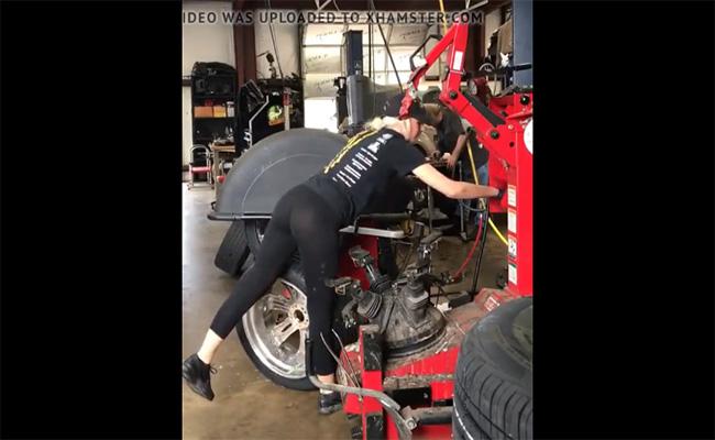 【盗撮動画】エロい格好でタイヤをホイールに取り付けているお仕事中の女の子