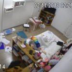 【民家盗撮動画】散らかった部屋でオナニーしてる若い女の子