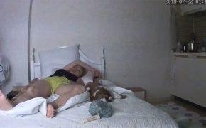 【民家盗撮動画】ワンコの真横でマンコをいじる若い女の子