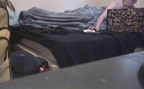 【オナニー盗撮動画】ノートPCにステッカーを大量に貼っている女の子