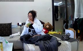 【民家盗撮動画】BL本書いてそうな風貌のメガネ女子、オナる