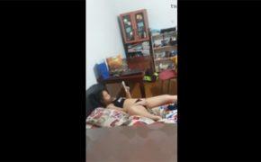 【民家盗撮動画】ソファーに寝転びオナニーする女の子、窓から隠し撮りされる