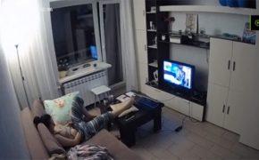 【民家盗撮動画】ズボンに手を突っ込んでオナニーする部屋着姿の女性