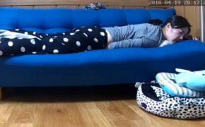 【民家盗撮動画】ソファーにうつぶせで独特なオナニーをする若い女の子