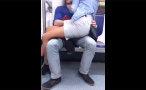 【電車内盗撮動画】電車内で彼女に手マンしてた酔っ払いカップル
