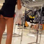 【街撮り】フォーエバー21でケツ丸出しのショーパン姿で服を選ぶ若い女の子を隠し撮り!