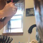 【海外民家盗撮動画】キレイで形の良いおっぱいをした女の子の洗面台前での様子