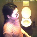 【トイレ盗撮動画】ナウいのかダサいのか判断に迷うファッションの若い子