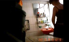 【お風呂盗撮動画】昭和みたいな洗面台の前で服を脱ぎ身体を洗う女性