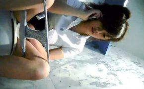 【トイレ盗撮動画】オシッコしながら普通に会話をする若い女の子